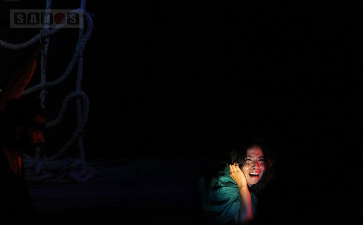 বুধবার (১৯ অক্টোবর) রাজধানীর শিল্পকলা একাডেমীতে স্টুডিও থিয়েটার হলের মঞ্চে থিয়েটার ৫২'র আয়োজনে 'নননপুরের মেলায় একজন কমলাসুন্দরী ও একটি বাঘ আসে' নাটকটি পরিবেশিত হয়। ছবি: বাঁধন ধ্রুব